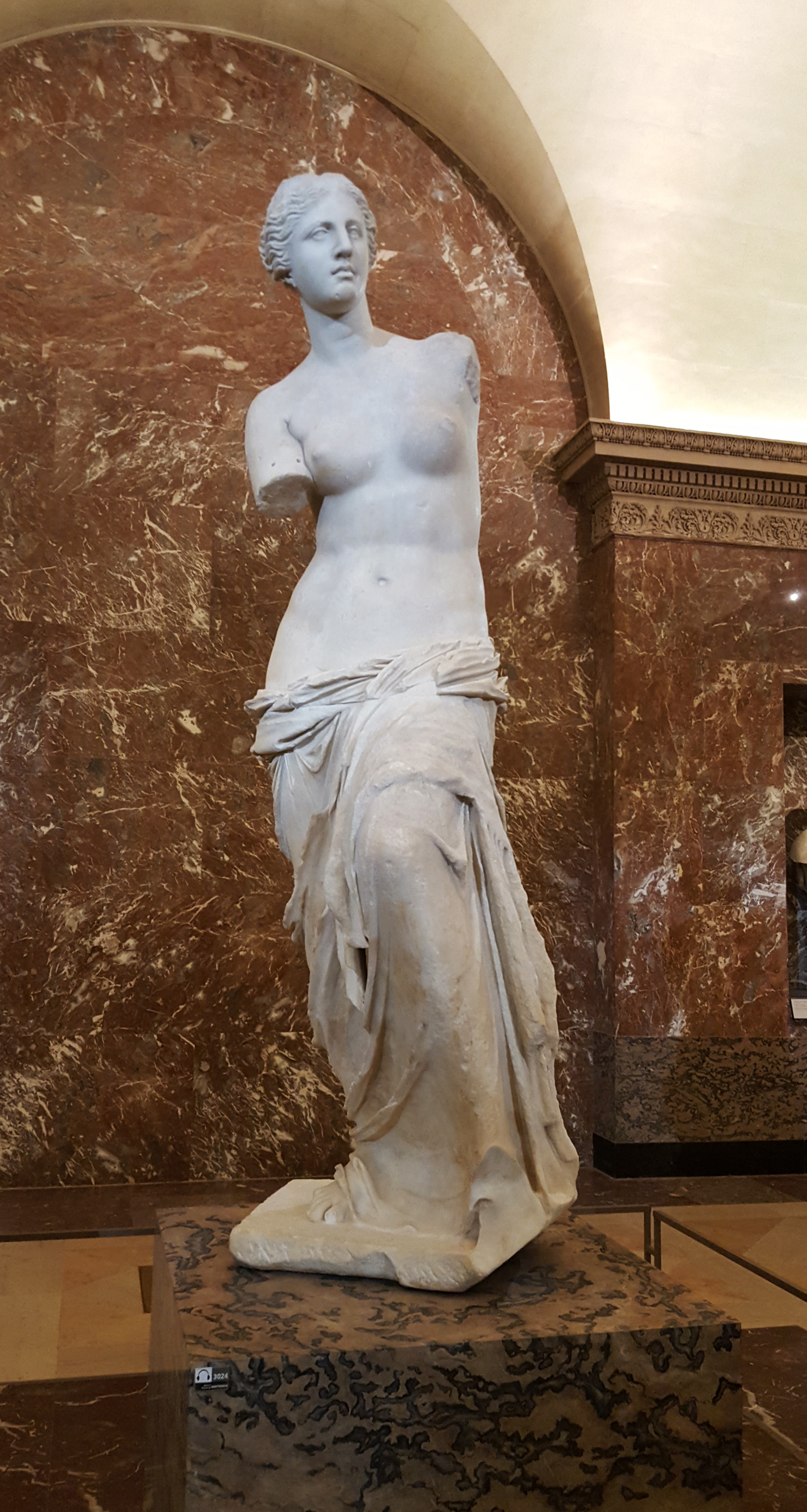 The Venus de Milo in the Louvre in Paris, France | visiting the Louvre at night